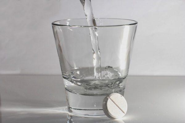 вода с таблеткой